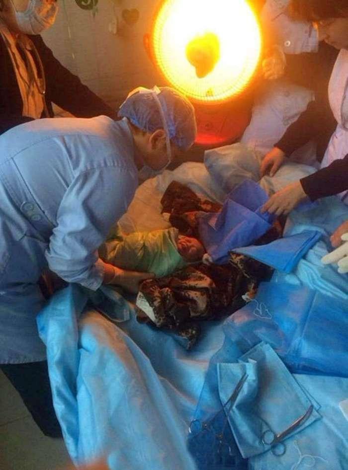 Она 9 месяцев скрывала, что беременна. Потом родила в туалете и смыла младенца в унитаз. Шок! (7 фото)