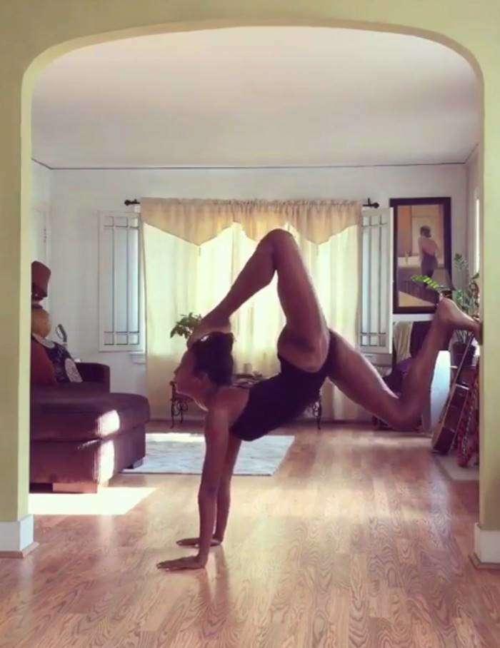 47-летняя Наоми Кэмпбелл продемонстрировала ошеломляющую йогу (7 фото)