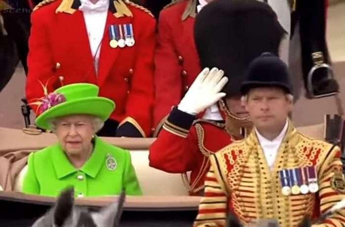На дне рождения Елизаветы II произошел массовый обморок гвардейцев (4 фото)