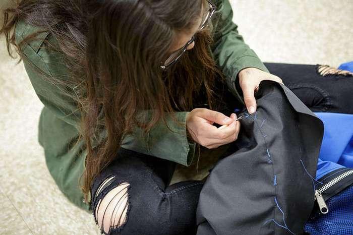Школьницы создали палатку на солнечных батареях, чтобы помочь бездомным (9 фото)