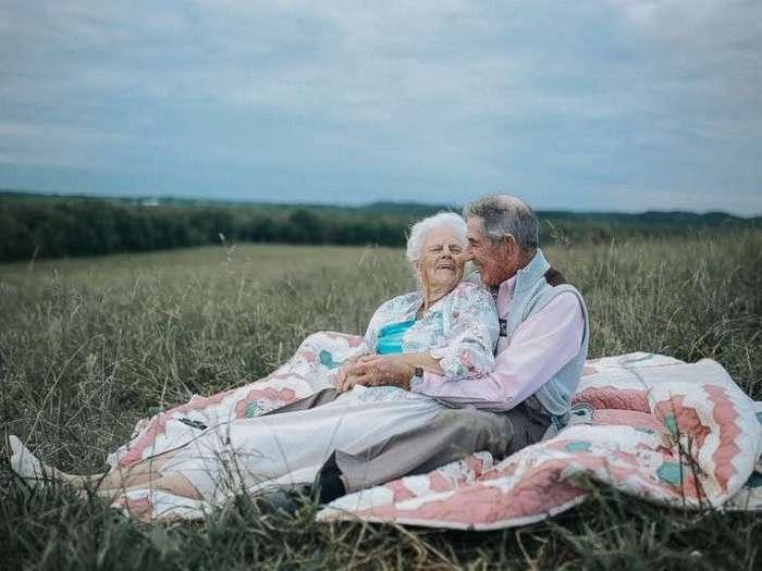 -И жили они долго и счастливо-: трогательные фото пары, прожившей вместе 68 лет (7 фото)