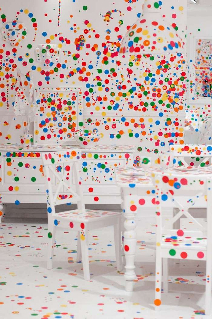 Что произойдет, если дать детям 1000 наклеек и оставить одних в комнате (7 фото)