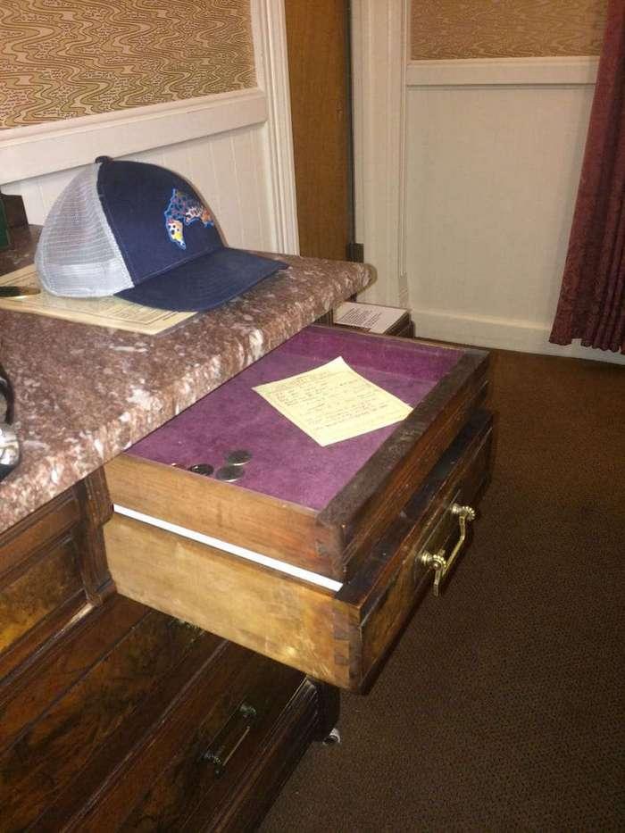 Парень обнаружил потайной ящик в гостиничном комоде. Вот что в нем было...
