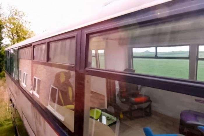 Британская семья переехала жить в двухэтажный автобус (8 фото)