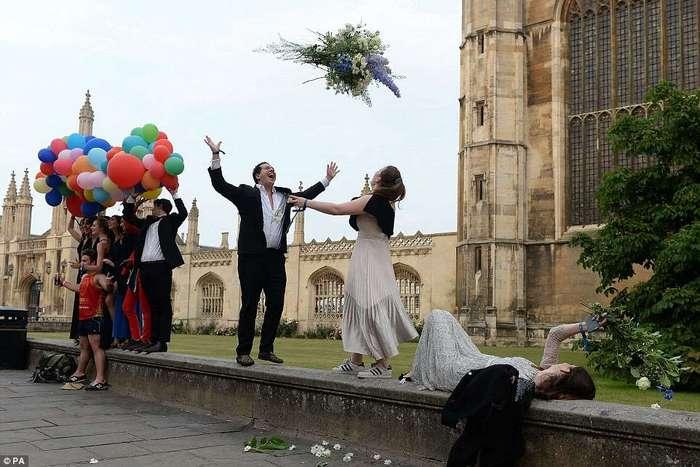 Окончание экзаменов в Кембридже: фейерверк, пьянка и купание голышом (20 фото)