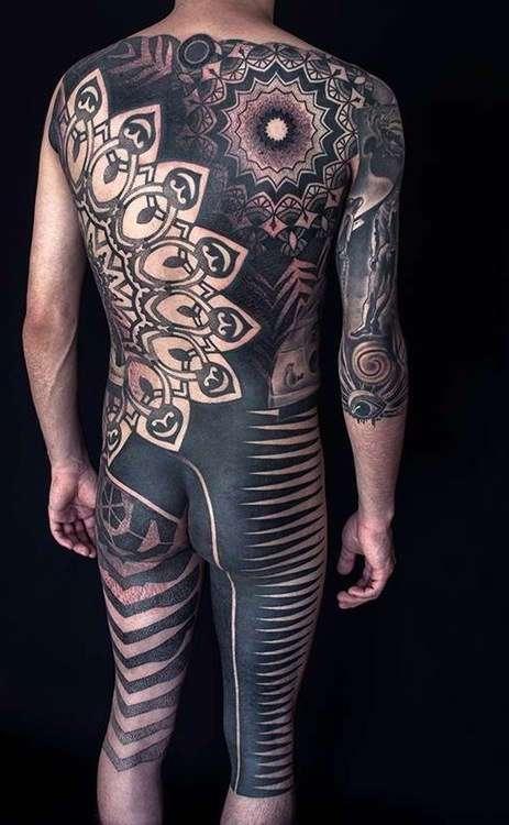 Дело тёмное: теперь татуировщики лихо заливают краской тела своих клиентов (27 фото)