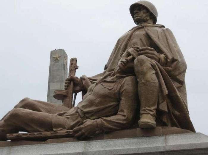 Польша приняла закон о сносе всех памятников Красной армии (1 фото)