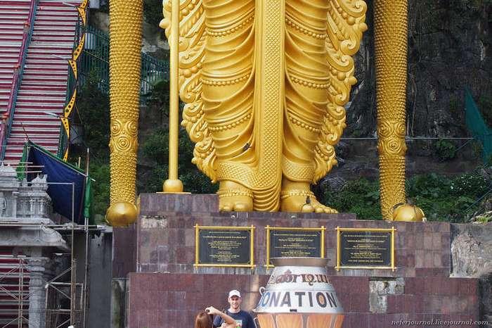 Статуя Муругана, лестница из 272 ступеней и пещеры Бату (22 фото)
