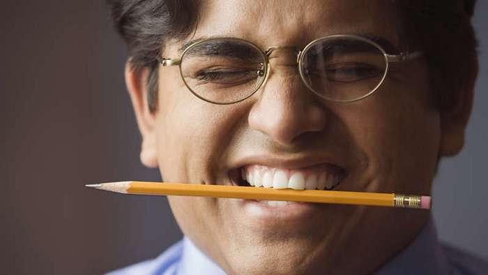 Он зажал карандаш в зубах с неожиданной целью. Теперь я буду делать так же!