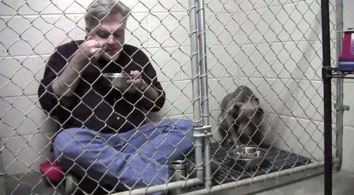 Он зашел в клетку к истощенной собаке и начал есть. Дальше произошло нечто потрясающее...