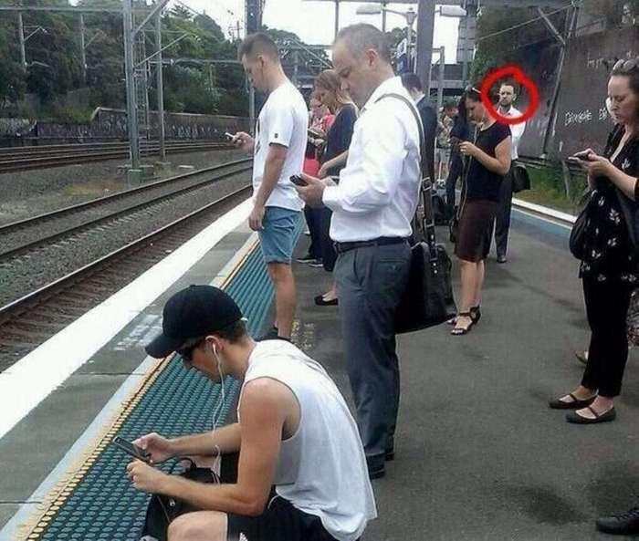 Новая фотозагадка: что не так с этим мужчиной на фотографии?