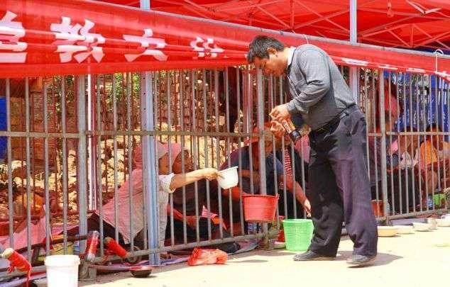Китайская ярмарка с бомжами за решеткой (4 фото)