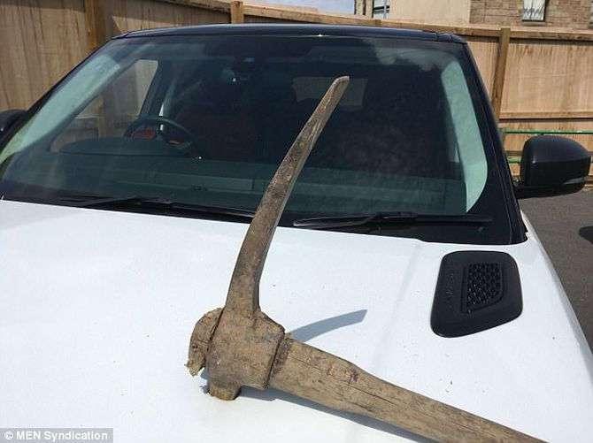 Недовольный сотрудник воткнул кирку в Range Rover своего босса (4 фото)