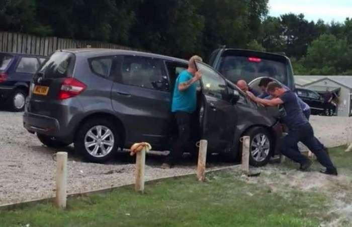 В Великобритании водитель протаранил 22 припаркованных автомобиля (7 фото)