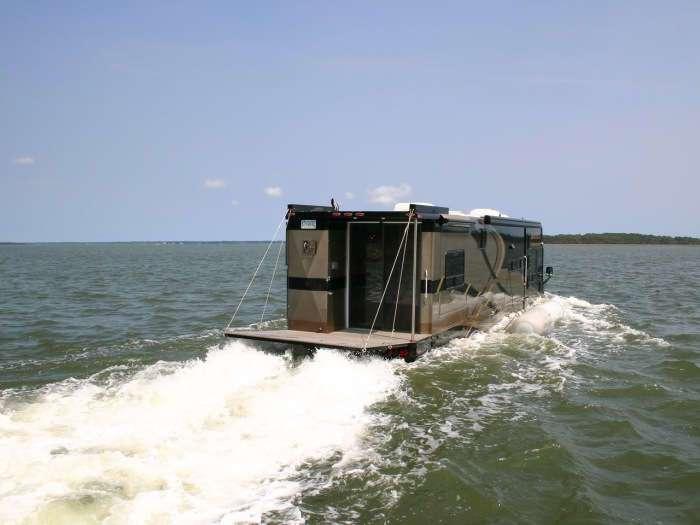 Комфортный и практичный дом на колесах, который умеет по-настоящему плавать