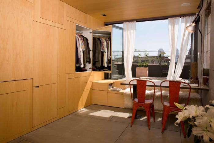 Квартира площадью всего 24 кв. метров, в которой все появляется при легком нажатии на стенку