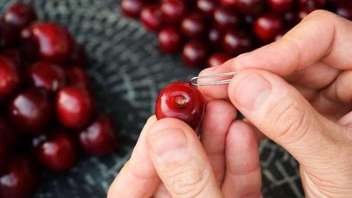 Как быстро удалить косточки из вишни и (почти) не запачкать руки: три простых способа