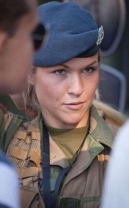 Девушки-военнослужащие из разных стран мира (35 фото)