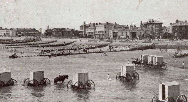 Как купались скромницы XIX века (3 фото)