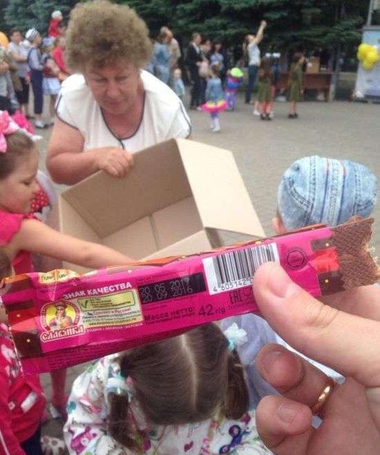 В Батайске детям раздали просроченные конфеты (3 фото)