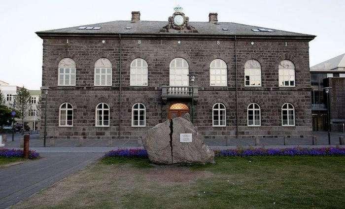 Перед зданием парламента Исландии лежит расколотый камень