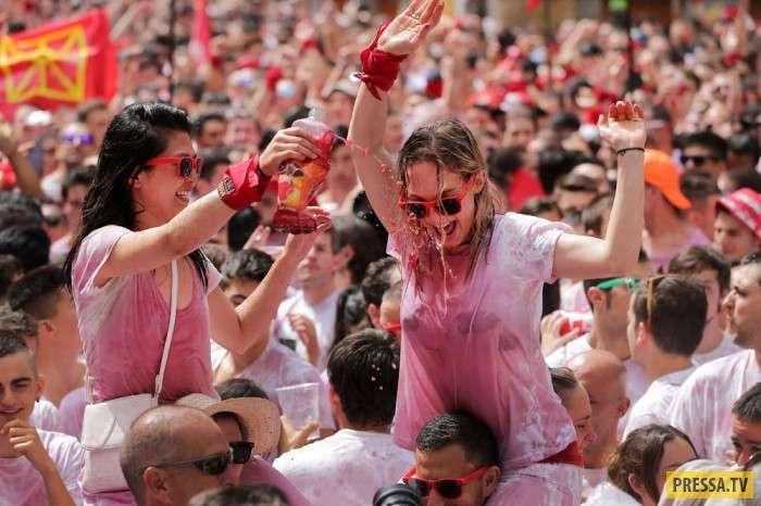 Рискованный испанский праздник, бег с быками (31 фото)