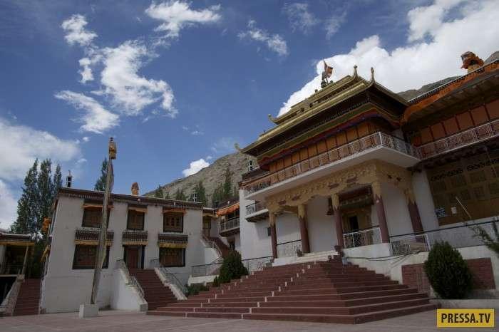 Ки Гомпа – один из крупнейших буддийских монастырей в Тибете (24 фото)