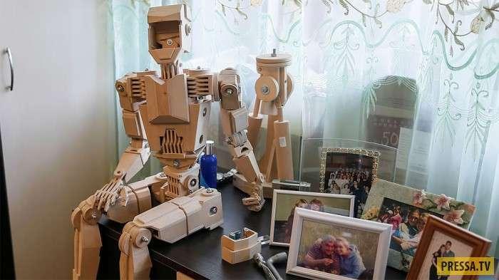 Изобретатель сделал семейство деревянных роботов из 1750 деталей