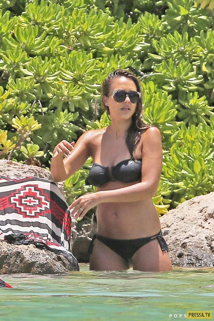 Беременная Джессика Альба в купальнике (15 фото)
