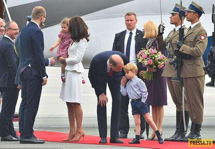 В королевской семье тоже донашивают за старшими (9 фото)