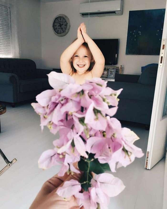 Маленькая девочка и её мама создают забавные воображаемые платья из еды и цветов