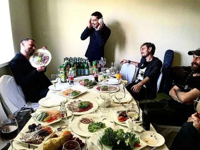 Звездная еда на публику или чем богаты, тем и рады