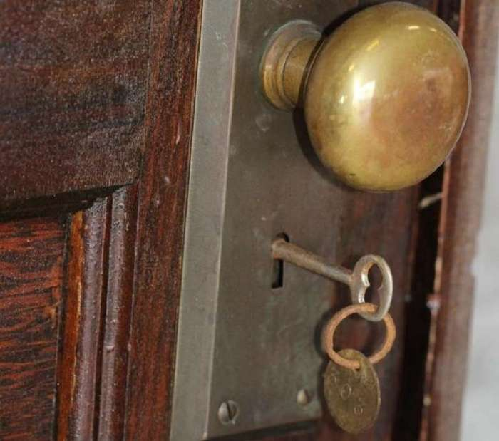 Эту квартиру не открывали 70 лет. Вот какие сокровища ожидали тех, кто переступил ее порог...