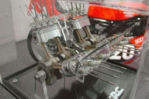 Двигатель мотоцикла Honda NR500 (5 фото)