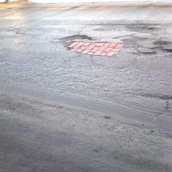 Нестандартный ремонт дорог (13 фото)