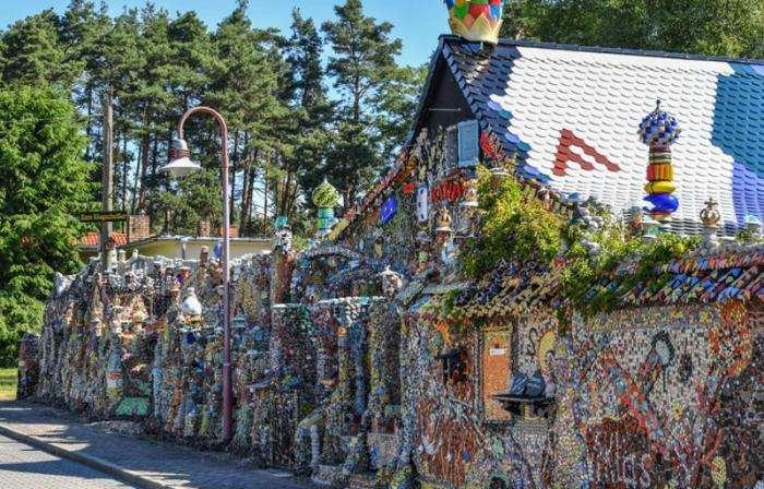 Дом-мозаика из хлама, на который потратил семь лет и 100 000 евро (8 фото)