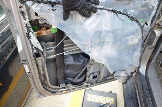Внутри подержанного автомобиля оказался интересный -подарочек- (8 фото)