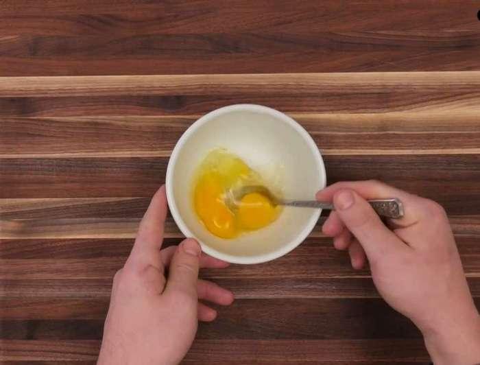 Он надрезал луковицу и полил её яйцом. А когда достал из духовки, я просто ахнула!