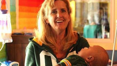 Эта женщина забирает домой умирающих детей. От ее поступка наворачиваются слезы...