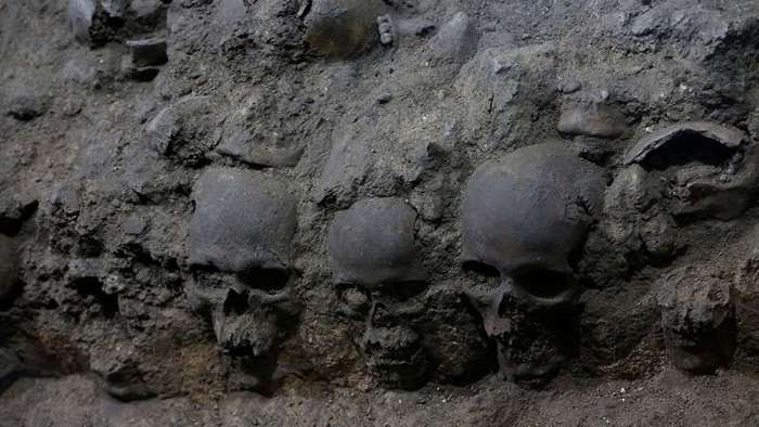 В Мехико откопали подземную вышку из 650 человеческих черепов (7 фото)