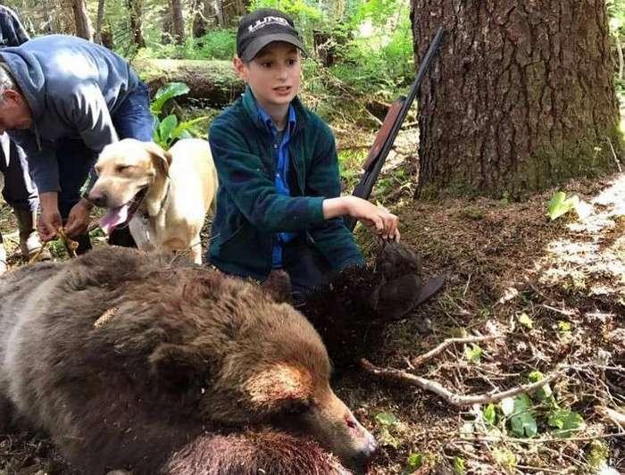 На Аляске 11-летний подросток застрелил напавшего медведя и спас родню (2 фото)