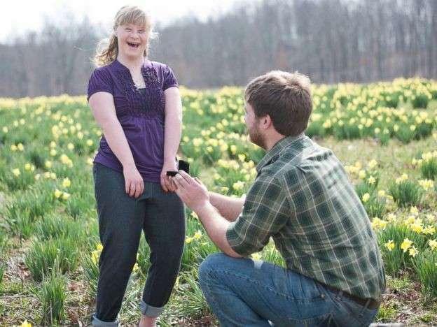 Парень сделал предложение сразу двоим - и у него была для этого серьезная причина! (5 фото)