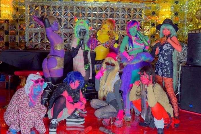Новый тренд японского косплея - окрашивание кожи в яркие цвета (15 фото)