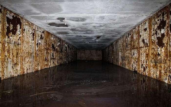 15 фотографий заброшенных государственных зданий, от которых мороз по коже (16 фото)