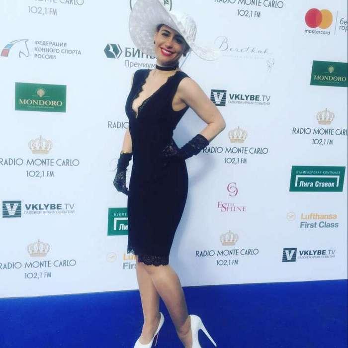 Светские львицы шокируют публику пошлыми нарядами на скачках -Гран-при Радио Monte Carlo- в Москве (16 фото)
