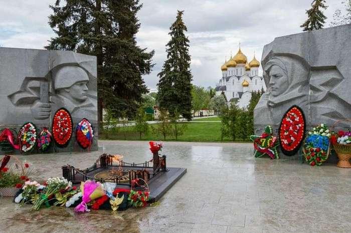 Вечный огонь - символ памяти: величественные мемориальные комплексы, трогающие за живое (16 фото)