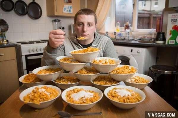 Каждый день он съедает 13 тарелок хлопьев с молоком. Вот, что с ним сотворила привычка!