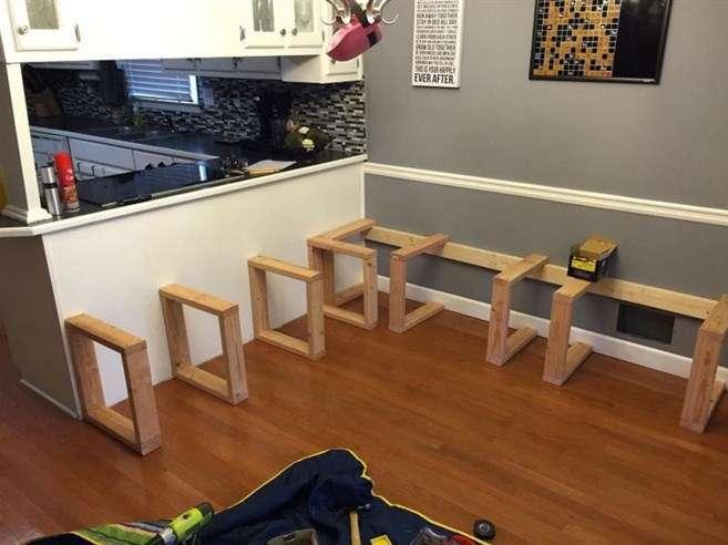 За несколько часов он превратил свою маленькую кухню в столовую на 15 человек!