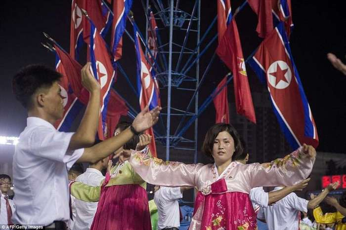 Северная Корея отпраздновала запуск первой межконтинентальной баллистической ракеты (19 фото)