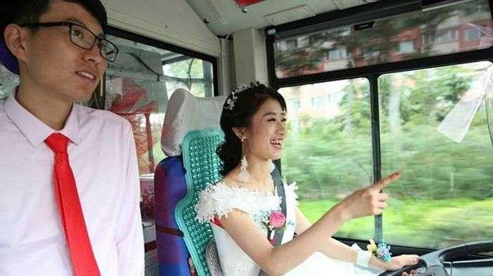 В Китае невеста приехала за своим женихом на автобусе (7 фото)